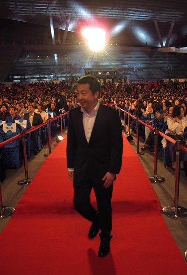 贾樟柯亮相釜山电影节闭幕式 韩国观众热情相迎