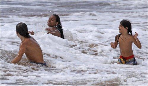杰克逊子女夏威夷海滩度假享受久违快乐(组图)