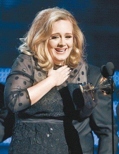 Adele捧6奖格莱美大赢家 现场演唱全场起立拍掌