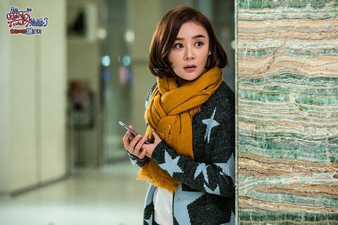在电影《所以,和黑粉结婚了》,袁姗姗饰演一个黑粉,这是她目前出演过的反差最大的角色