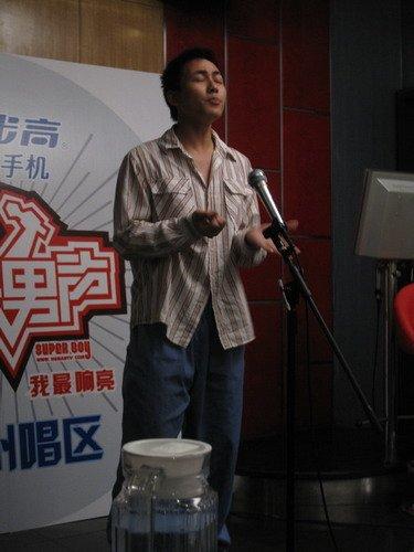 广州快男演唱浑然忘我 不顾形象只为歌声完美