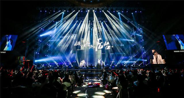 羽泉圣诞北京演唱会爆满 裙装上阵相互脱衣场面劲爆