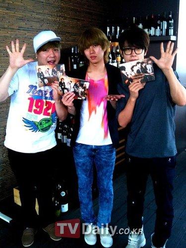 Super Junior新专辑销量破10万张 成员大肆庆祝