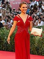 女星娜塔莉红裙艳光四射