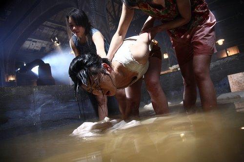 虐脚虐脚酷刑美女惨坐凳图片外国女子监狱图片