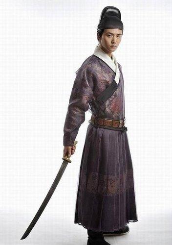 《怪侠一枝梅》马天宇手持长剑大展锦衣卫造型