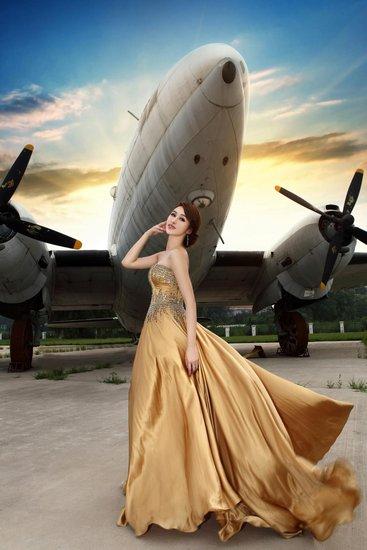 90后国际名模王盼雯 金色长裙性感诠释时尚