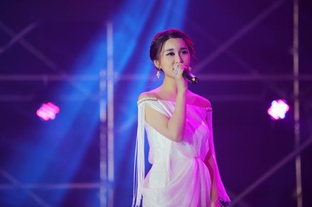 邵星颖亮相巨星演唱会 与张信哲费翔同台献歌