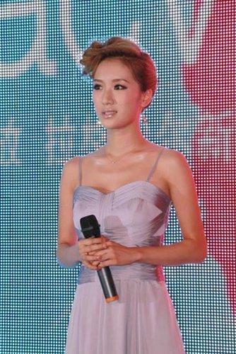 李念亮相杭州代言化妆品 金发造型尽显潮范儿