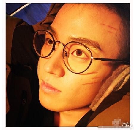 """欧豪戴眼镜自称""""文化银"""" 脸上满是伤痕图片"""