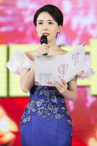 颜丹晨跨界主持旗袍春晚 优雅展现中国古典美