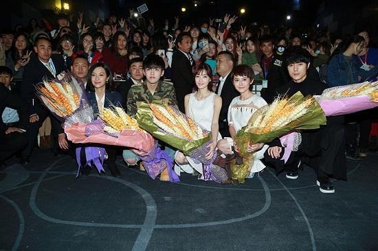 《有一个地方》广州首映 王丽坤造型清新淡雅