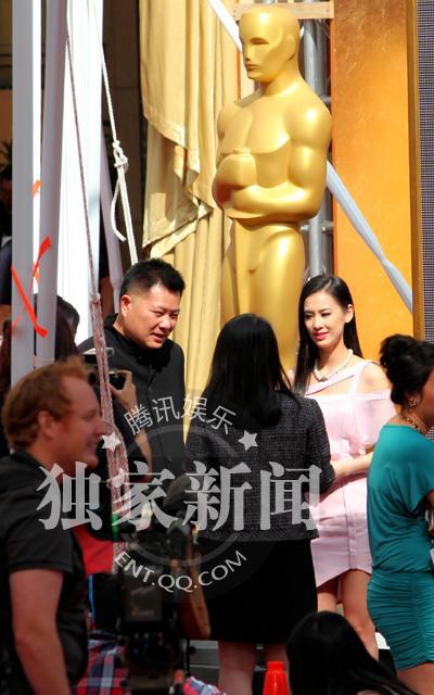 北京时间22日黄圣依还现身奥斯卡现场为23日的红毯预热