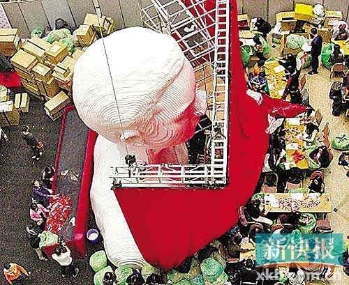 """""""继续宠爱·十年·纪念展""""顺延至30日在香港时代广场展出,哥哥的五米高半身像已经竖起,哥迷们忙着折纸鹤。"""