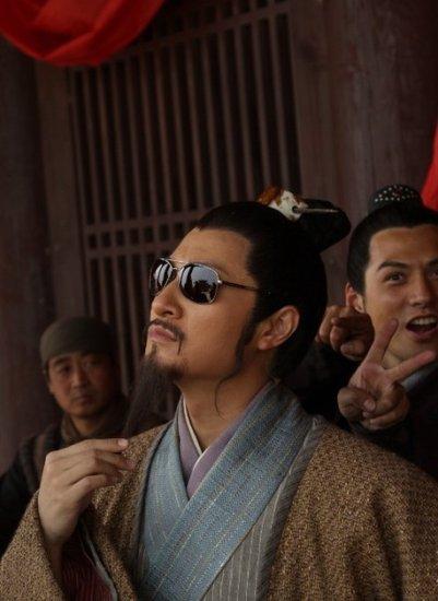 李宗翰古装墨镜玩时尚 吴用新《水浒》穿越古今