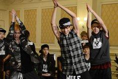 LAY、KAI和世勋现场展示舞蹈