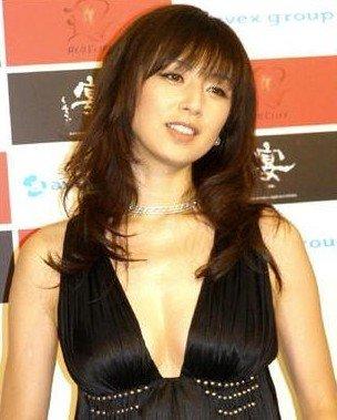 高冈早纪被曝私生活混乱 见面第一天与男友造人
