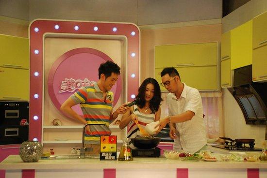 王妍苏受邀参加美食节目 秀厨艺被赞为女神
