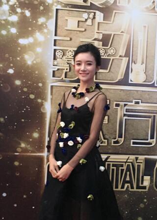 """蔡紫现身""""东方盛典"""" 黑色映花礼服与吴京同台"""