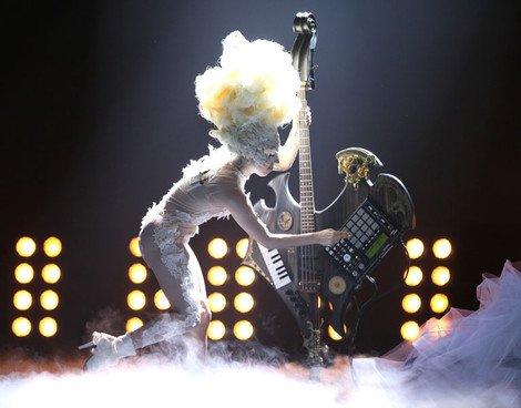Lady Gaga亮相BBC演出 现场献歌给威廉王子