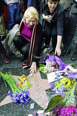 粉丝自发到好莱坞星光大道敬献鲜花悼念泰勒