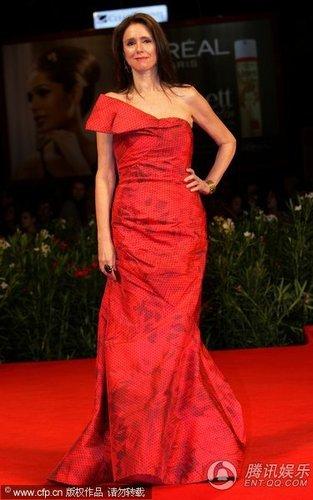 组图:威尼斯闭幕红毯 朱丽泰莫优雅秀香肩