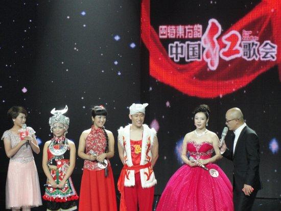 《红歌会》两位选手当众比惨 评审制止并发怒