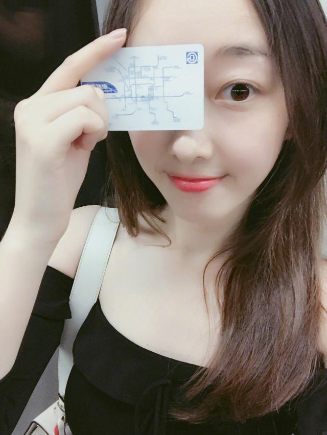蒋梦婕素颜肌肤白皙 坐地铁被赞热爱环保