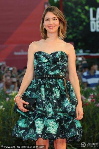 组图:威尼斯闭幕红毯 索菲亚印花裙俏丽迷人