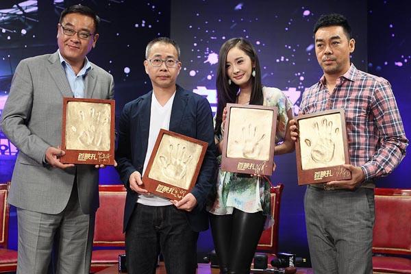 《消失的子弹》主创首映礼现场留下手印(左起):尔冬升、罗志良、杨幂、刘青云