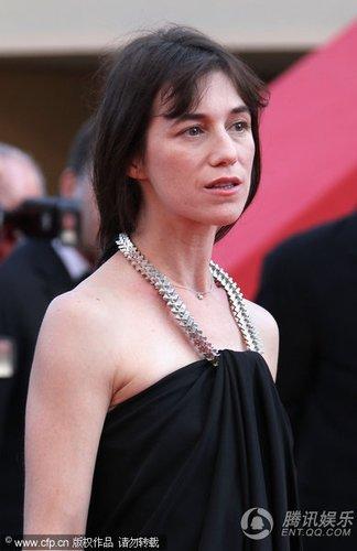 组图:戛纳电影节闭幕 夏洛特抹胸裙秀性感