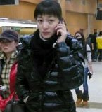 李小冉边走边煲电话粥