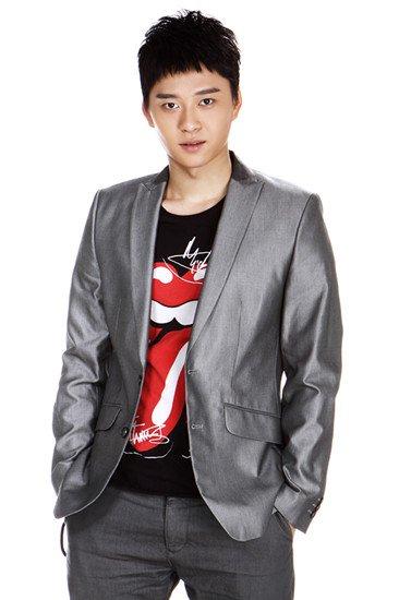 李健和学生魏震在《番号》首映礼上表演节目