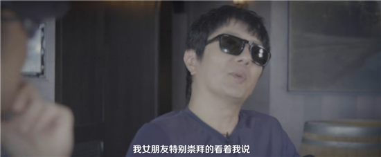 汪峰郑钧畅聊摇滚人生,撸串喝大酒姑娘们陪伴