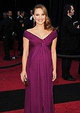 娜塔莉穿紫裙遮掩孕腹