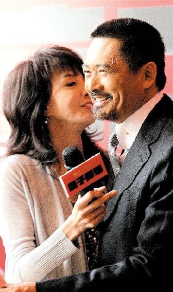 《让子弹飞》香港举行首映 周润发携妻子撑场