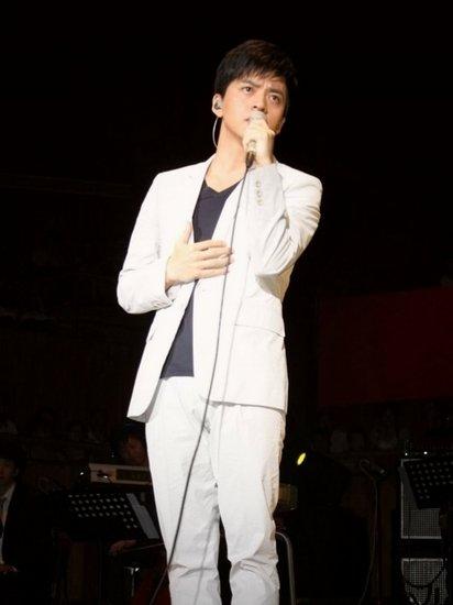 李健、王菲先后献声上海 两版《传奇》隔空PK