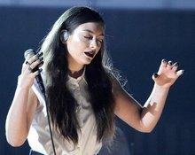 新西兰女歌手Lorde献唱热门单曲