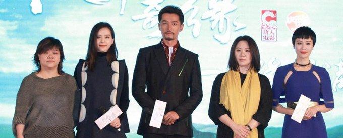 蔡艺侬(右二)这位在娱乐圈摸爬滚打了二十来年的女老板,是胡歌最忠诚的粉丝。