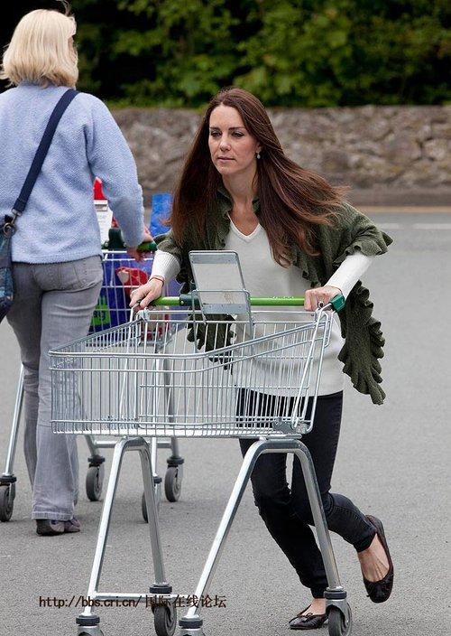王妃凯特去超市购物 推购物车家庭主妇气十足