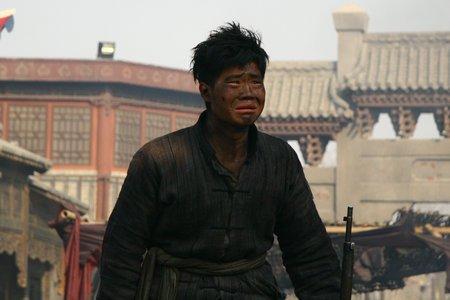 《喋血孤城》台湾受捧 谢孟伟亮相亚太影展红毯