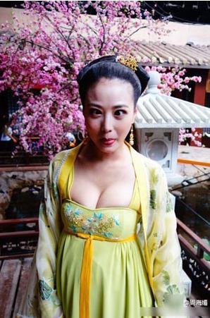 48岁周海媚片场卖萌 网友:萝莉心御姐身(图)