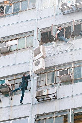 钟嘉欣吊上七楼拼命争视后 空中超人赢市民拍掌