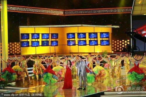 16届白玉兰颁奖礼 韦唯一身红裙现场上视节