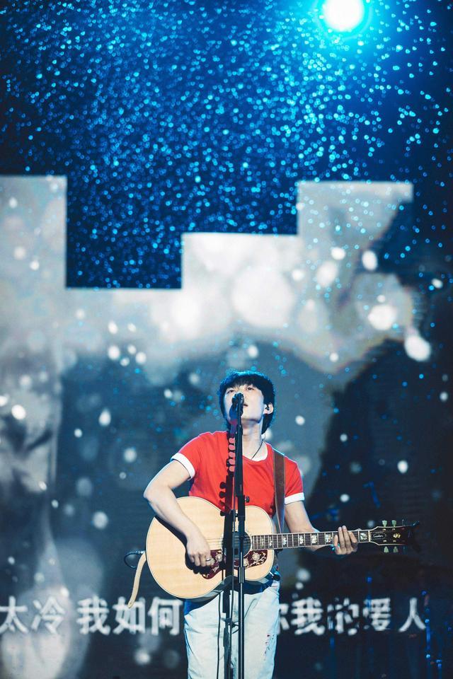 赵雷演唱会雨天热力开唱 郑州歌迷体验冰火两重天