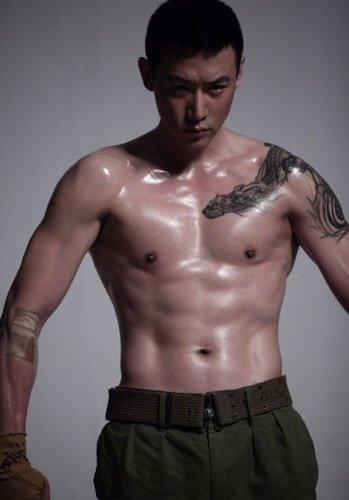 陆毅秀肌肉露霸气纹身