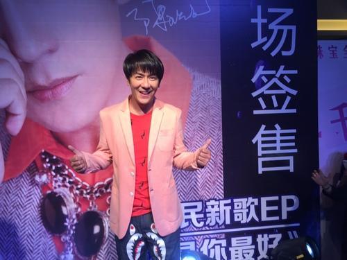 陈浩民签唱会紧张到冒汗 歌迷太疯狂担心安危