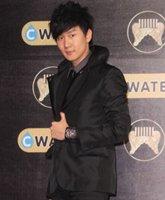 林俊杰身穿黑色西装可爱腼腆