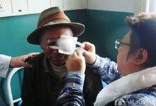 为接受手术的老人揭纱布