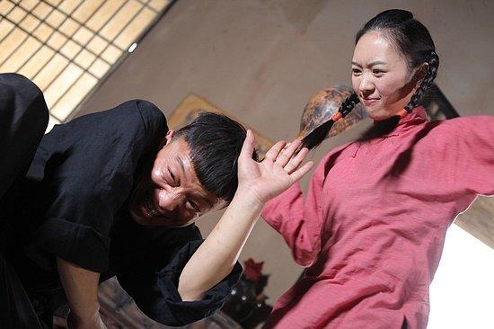 《民兵葛二蛋》开播收视冲高 黄渤遭暴打生情愫
